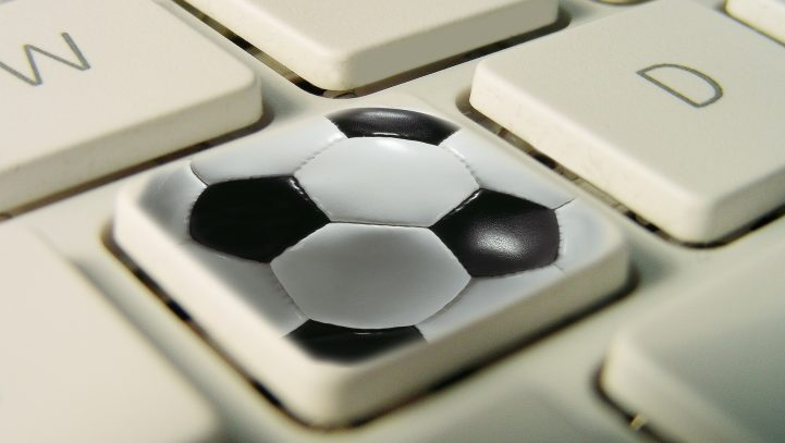Abgemahnt: Fan schaut 30 Sekunden Fußball während der Arbeitszeit